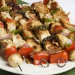 brochettes au barbecue sur plaque blanche — Photo