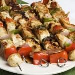 barbequed kebab na bílé desce — Stock fotografie