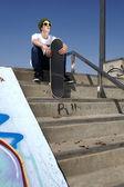 Skater sentado en las escaleras — Foto de Stock