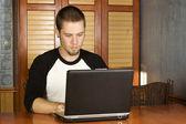 Varón joven estudiando en portátil — Foto de Stock