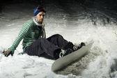 Snowboardzista siedzi w śniegu — Zdjęcie stockowe