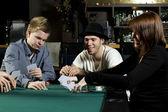 Jogando poker em torno da mesa — Fotografia Stock
