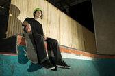Скейтбордист, сидя на рампе с низким углом — Стоковое фото
