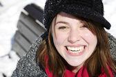 Portrait de la belle jeune fille, assis sur un banc de parc — Photo