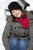 Porträtt av vacker kvinna på parkbänk — Stockfoto