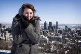 Donna congelamento giorno invernale — Foto Stock