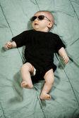 Koele kleine babyjongen met zonnebril op — Stockfoto