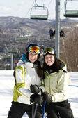 Dos hermanas esquiar juntos — Foto de Stock