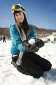Dziewczynka trzyma w ręku śnieżną kulą — Zdjęcie stockowe