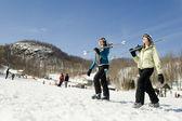 Dos chicas jóvenes caminando en la nieve — Foto de Stock