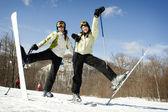 Dos hermanas en la cima de la montaña emocionado de ser esquí — Foto de Stock