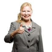 Glad äldre affärskvinna med tummen upp — Stockfoto