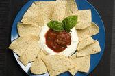 Cips ve sos salsa ile tabak — Stok fotoğraf