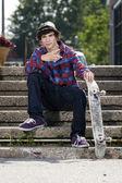 Jonge skateboarder camera kijken — Stockfoto