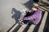 Skateboarder op trappen houden van zijn raad van bestuur — Stockfoto
