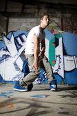 Tancerz wykonuje ruch taniec w przedniej ściany — Zdjęcie stockowe