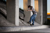 Skateboarder doing 5-0 grind on ledge — Stock Photo