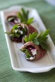 Rollitos de carne con remolacha y crema agria — Foto de Stock