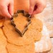 holčička s řezačkou, aby soubor cookie vánoční stromeček — Stock fotografie