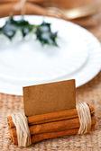 Cartão do lugar aromático com galho de holly na chapa branca — Fotografia Stock