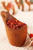 красный перец бумаги хлопья в изогнутые деревянные чаши и верблюда carava — Стоковое фото