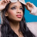 Beautiful young black model wearing fancy sunglasses — Stock Photo
