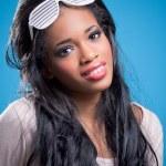 positive jeune femme américaine noire, lunettes de soleil fantaisie — Photo