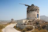 Yel değirmeni kalıntıları üzerinde santorini — Stok fotoğraf