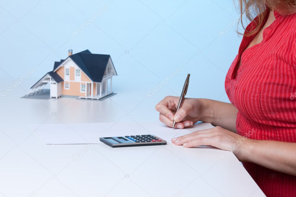 Real estate broker calculating amount of payments family house mortgage. Focused on calculator. — Foto Stock #6560479