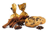 Cinnamon sticks, anise stars, candy and chocolate chips cookies — Стоковое фото