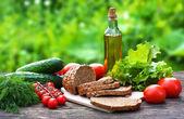 Składniki żywności na starym drewnianym stole — Zdjęcie stockowe