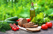 Voedingsmiddelen en nieuwe voedselingrediënten op de oude houten tafel — Stockfoto