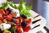 Grekisk medelhavsinspirerad sallad — Stockfoto