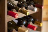 Vinflaskor i rack — Stockfoto