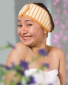 彼女の寝室に服を着る女性の笑みを浮かべてください。 — ストック写真