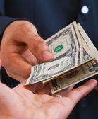 Recevoir des dollars pour une vente ou un salaire — Photo