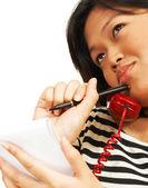 Kobieta myśleć i mówić przez telefon — Zdjęcie stockowe
