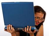 Ragazza segretamente guardando il suo computer — Foto Stock