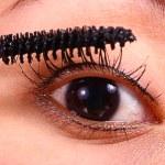 ������, ������: Applying Mascara As Part Of Makeup Regime