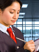 Personel lotniska robienia notatek — Zdjęcie stockowe