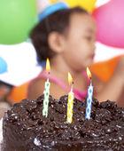 Pastel de chocolate para un niño de 3 años — Foto de Stock