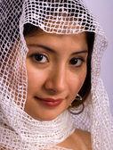 Femme ethnique avec un foulard — Photo