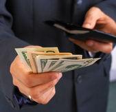 Geld van de portefeuille en betalen — Stockfoto