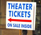 Handheld teken voor kaartjes voor het theater — Stockfoto