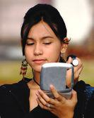 Chica comprobando su marca en el espejo — Foto de Stock