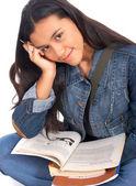 Gelukkig student studeert haar leerboeken — Stockfoto