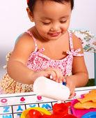 お茶のカップを注ぐで遊んで小さな子供 — ストック写真