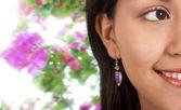 Lächelnd schönes Mädchen mit Blumen Hintergrund — Stockfoto