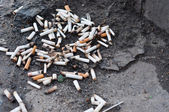 Pilha de cigarros no chão — Foto Stock
