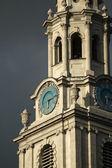 Hodinová věž proti temné obloze s hodinami ve středu před sto — Stock fotografie